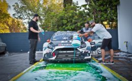Auto rally na mýdlovém povrchu