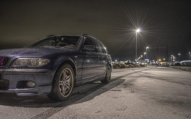 BMW na zasněžené cestě