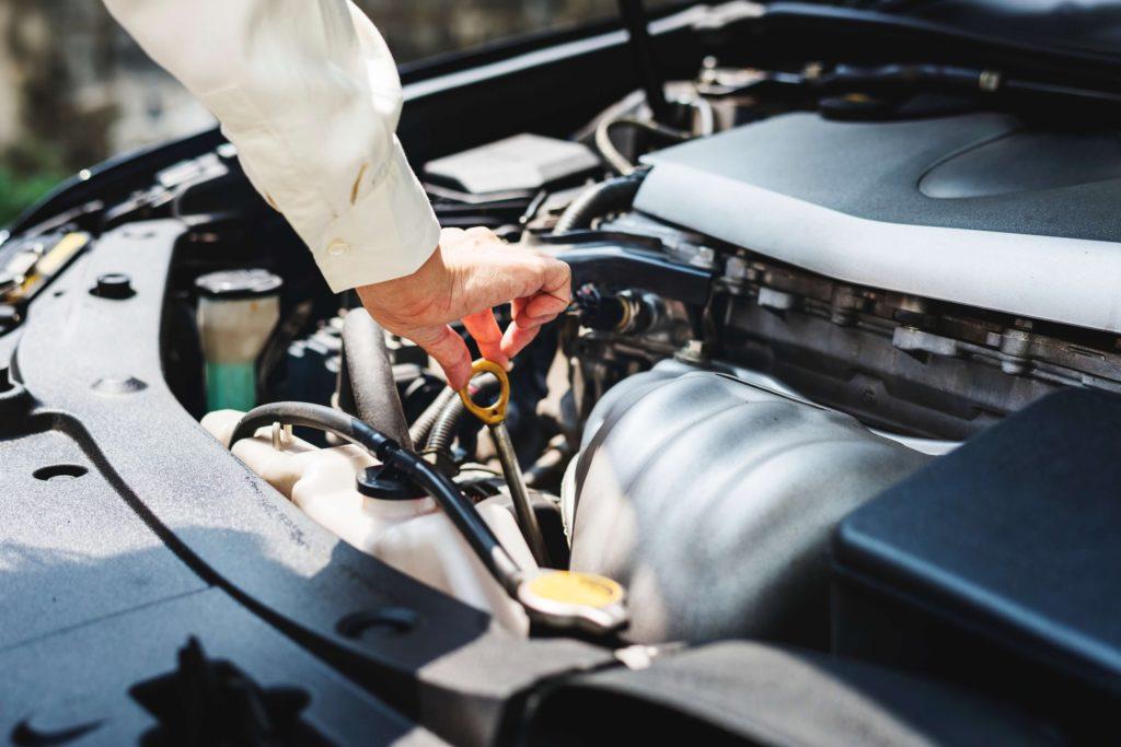 kontrola oleje v automobilu