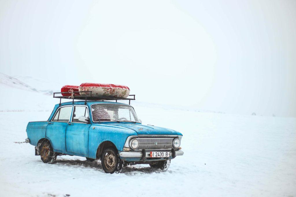 staré auto v zimě