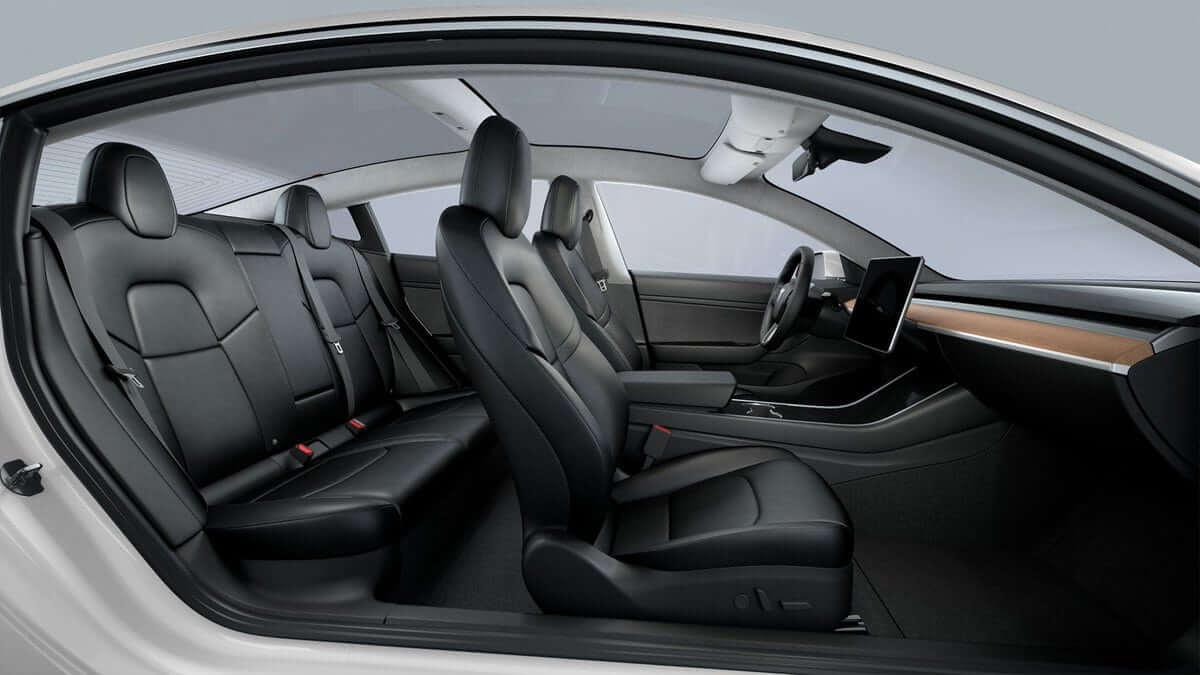 Tesla model 3 interier celého vozu