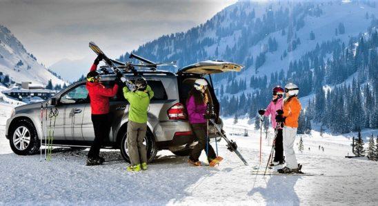 Uložení lyží do nosiče na střeše auta