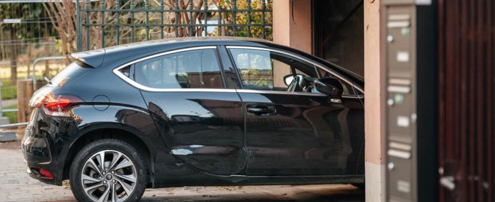Auto před garáží