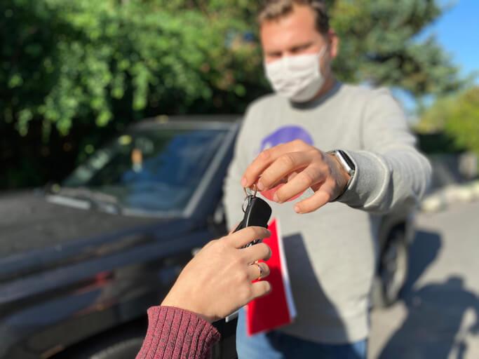 Předání klíčů k ojetému autu